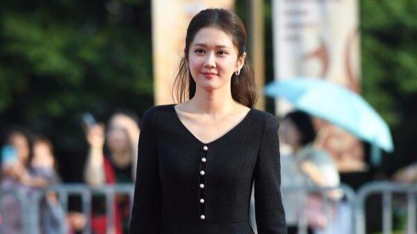 张娜拉无法抗拒穿黑裙子的女孩的感觉。她穿高跟鞋真是太棒了。这不像在一个好的状态下运
