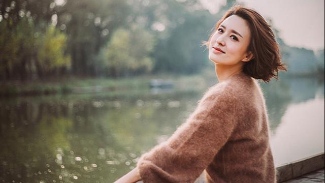 央视主持人张磊有着美丽的短发,朴实的文艺,优雅的气质,就像第二个董青一样