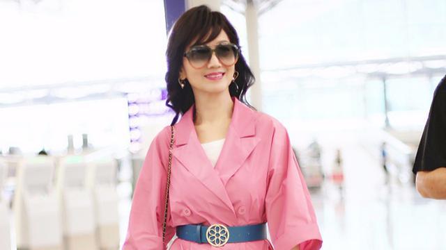 65岁赵雅芝穿粉色风衣裙,造型洋气又减龄,谁说粉色是少女的专属