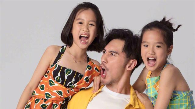 张伦硕带着女儿去拍时尚大片,留着胡子,展现了她成熟的风格,她的两个女儿又可爱又好玩