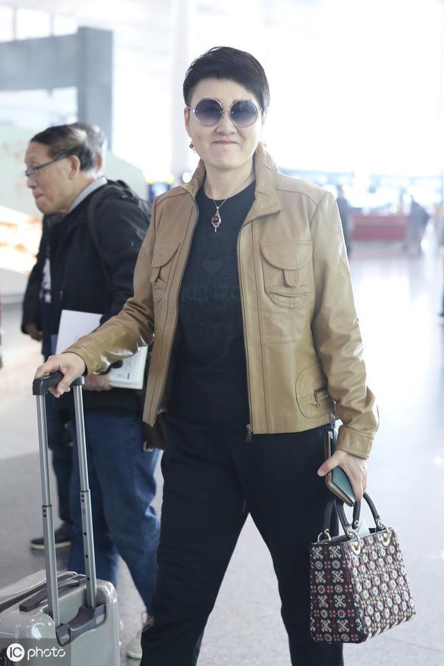 """""""国民丈母娘""""张凯丽走机场,鬓角剃的比毛寸还短,看着就不好惹"""
