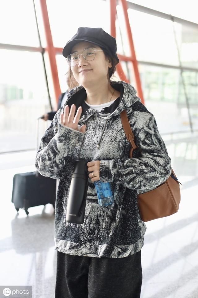 """""""凤凰传奇""""玲花手拎保温杯,素颜走机场,这才是38岁的真实样子"""
