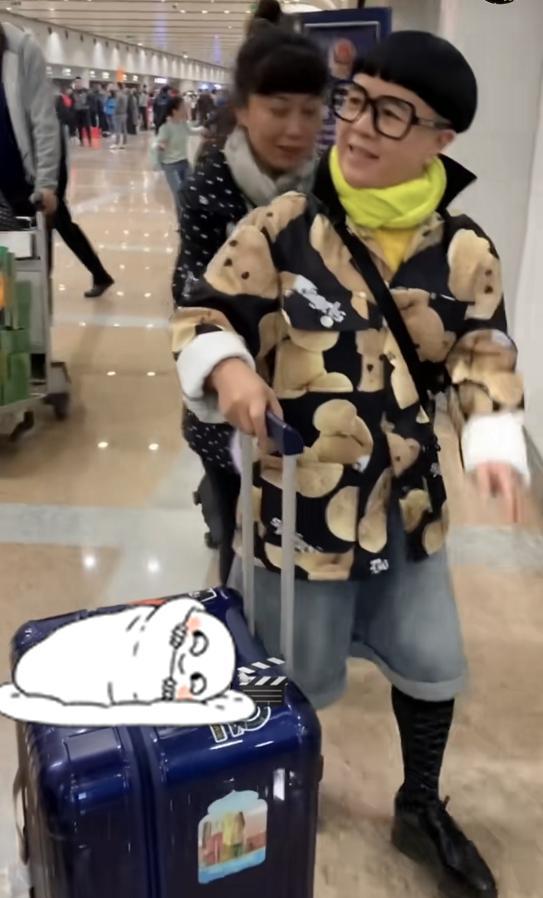 """""""金龟子""""刘纯燕罕见现身机场,一身孩童装成亮点,一点不像53岁"""
