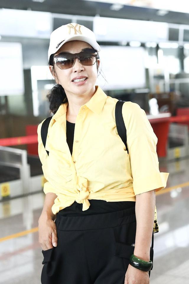 64岁刘晓庆越活越年轻,穿嫩黄色衬衫搭好减龄,比年轻人还会穿