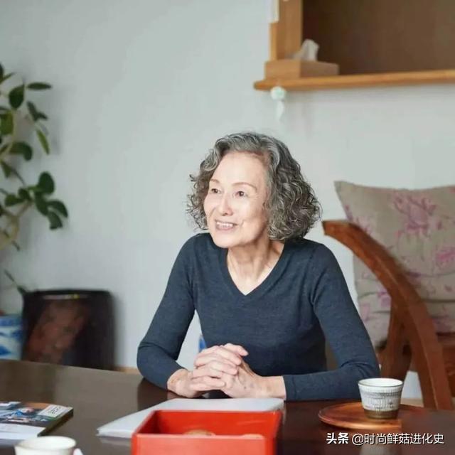 74岁日本奶奶凭穿搭火了!穿衣简单日常,用态度告诉你:何为时尚