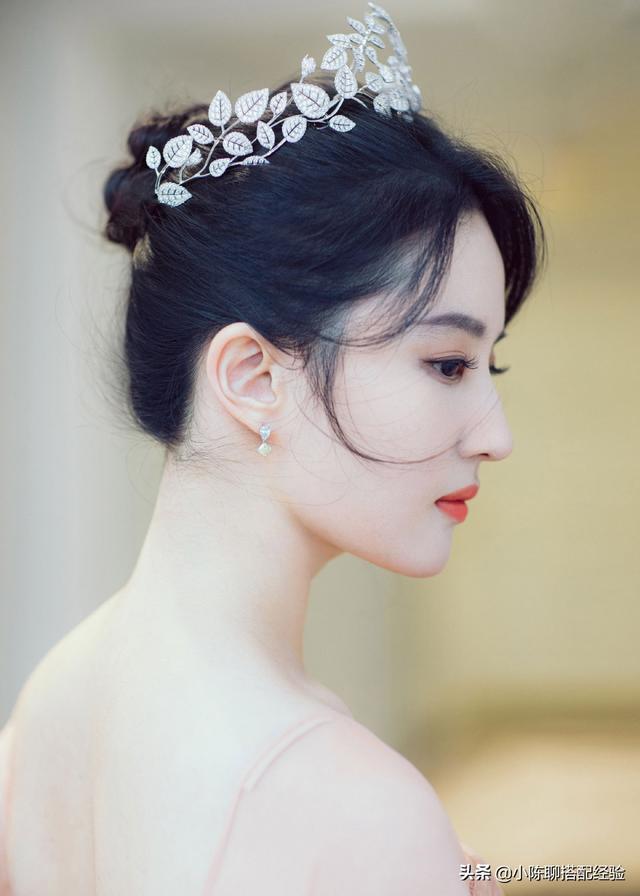 刘亦菲终于高调归来,身穿藕粉连衣裙,头戴皇冠