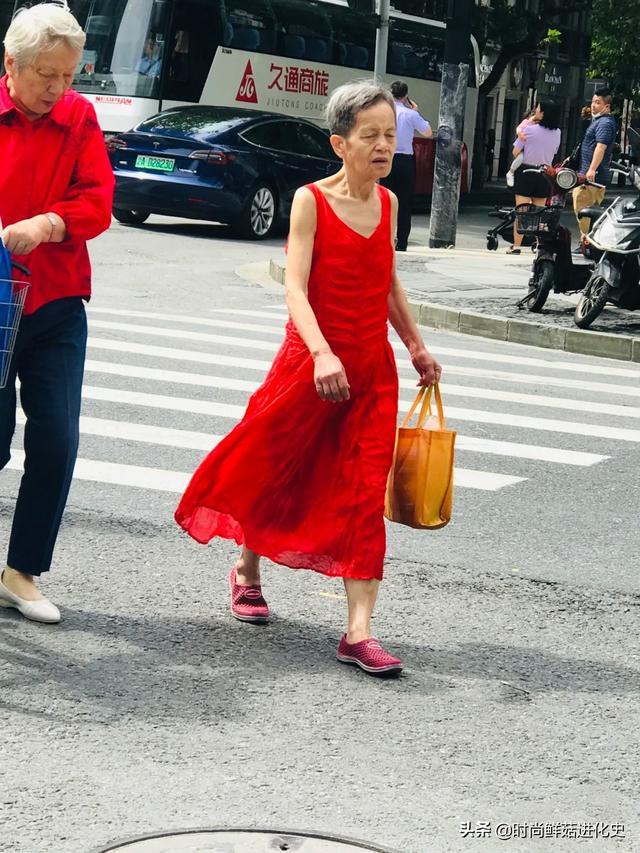 上海老年人的街拍时尚穿搭,打扮不老气、不扮嫩,简约大方就很美