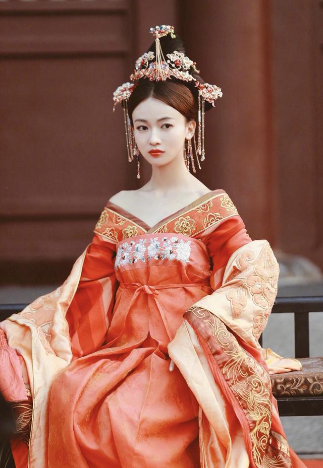 """吴金燕挑战""""杨贵妃""""美丽动人的外表,仿佛她是从画中走出来的"""