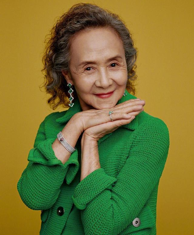 """83岁奶奶穿30年前的""""旧衣服"""",时髦又减龄,网友:突然不怕老了"""